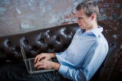 Человек покупает онлайн на черной пятнице человек с компьтер-книжкой, руки ` s человека взрослого на клавиатуре Продажа в кибер п стоковое изображение rf