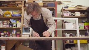 Человек полирует древесину с машиной для молоть сток-видео