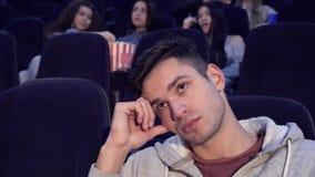 Человек получает пробуренным на кинотеатре стоковые изображения rf