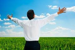 человек поля дня стоя солнечна Стоковые Изображения RF