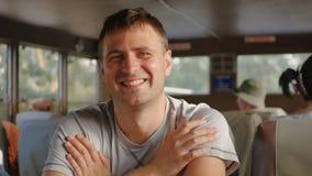 Человек портрета красивый кавказский усмехаясь смотрящ камеру сидя в переходе Стоковое Изображение