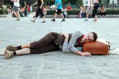 Человек портретирует спать в квадрате перед Нотр-Дам d Стоковая Фотография