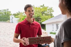 Человек поставляя коробки пиццы Стоковые Фото