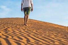 Человек потерял в красной пустыне в Вьетнаме, Ne Mui стоковое изображение
