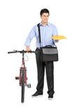 человек почты удерживания габарита велосипеда рядом с Стоковые Фотографии RF