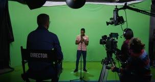 Человек поя на прослушивании видеоматериал