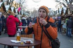 Человек празднуя на ярмарке рождества Стоковые Фото