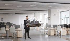 Человек представляя модель конструкции Мультимедиа стоковые изображения rf