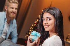 Человек представляя подарок рождества к подруге Стоковые Фото