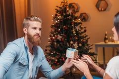 Человек представляя подарок рождества к подруге Стоковое фото RF