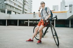 Человек представляя рядом с его велосипедом стоковое изображение
