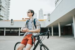 Человек представляя рядом с его велосипедом стоковые фото
