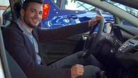 Человек прикрепляет его ремень безопасности в автомобиле стоковая фотография rf