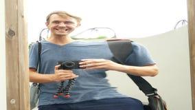 Человек принимает его отражение в ложном зеркале на камере путешествие образа жизни 4K акции видеоматериалы