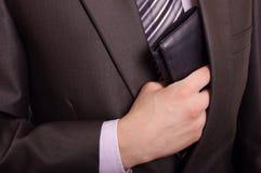 человек принимая бумажник Стоковое Фото