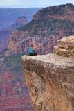 Человек принимая опасное selfie в гранд-каньоне, Аризоне, США стоковое фото rf