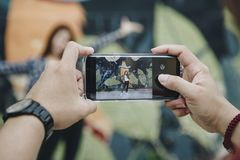 Человек принимая фото его подружки Стоковые Изображения RF