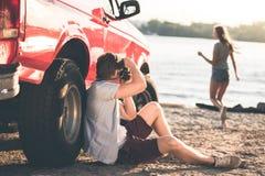 Человек принимая фото подруги на пляже Стоковое Фото