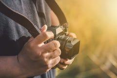 Человек принимая фото camara стоковая фотография