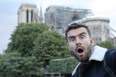 Человек принимая selfie в, который сгорели Нотр-Дам, Париже стоковое фото rf