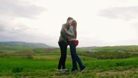 Человек приходит к женщине обнять, тогда делает предложение для того чтобы получить женатым сток-видео