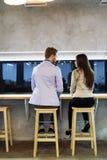 Человек причаливает женщине в баре Стоковые Изображения RF