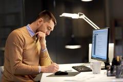 Человек при блокнот работая на коде на офисе ночи стоковое фото