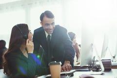 Человек при женщина говоря друг к другу в офисе Стоковые Изображения RF