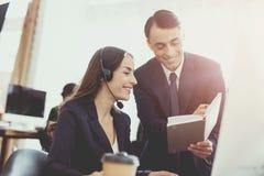 Человек при женщина говоря друг к другу в офисе Стоковые Изображения
