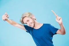 Человек при ножницы и гребень создавая новый coiffure Стоковое фото RF