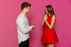 Человек при обручальное кольцо делая предложение замужества к его красивой женщине Стоковая Фотография