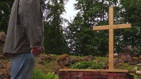 Человек при розарий оставаясь близко крестом на внешнем акции видеоматериалы
