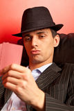 Человек при шлем играя покер Стоковая Фотография
