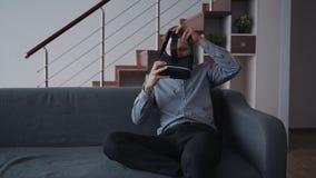 Человек пробует другой путь игры делая его в увеличенной нововведением симуляции реальности 3d видеоматериал