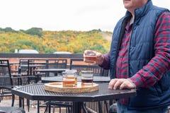 Человек пробуя разнообразие сезонное пиво ремесла стоковое изображение