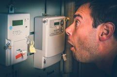 Человек проверяет метр электричества - дорогое concep электричества стоковые изображения rf