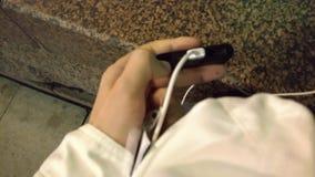 Человек проверяет обязанность во внешней батарее на улице вечером сток-видео