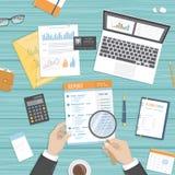 Человек проверяет отчет Вычисление проверки анализа исследования бухгалтерии Руки с лупой, печатные документы бизнесмена Стоковая Фотография