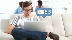 Человек проверяя его электронные почты акции видеоматериалы
