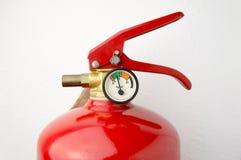 человек проверяя огнетушитель стоковое изображение rf