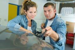 Человек проверяя счищатели автомобилей стоковые фотографии rf