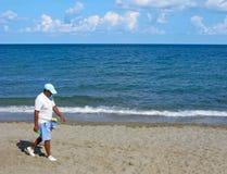 Человек - продавец зажимок для белья на пляже Стоковое Изображение RF
