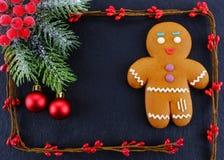 Человек пряника лежа на темной предпосылке Состав рождества или Нового Года небо klaus santa заморозка рождества карточки мешка Стоковое Фото