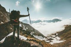 Человек путешественника на успехе образа жизни перемещения саммита горы Стоковое Изображение