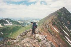 Человек путешественника с рюкзаком на приключении концепции образа жизни перемещения горы саммита Стоковая Фотография RF