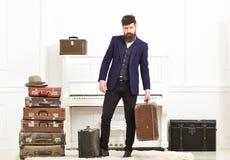 Человек, путешественник с бородой и усик с багажом, роскошной белой внутренней предпосылкой Мачо элегантное на строгой стороне стоковые изображения rf