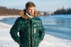 Человек путешествуя в зиме, природе Теплые одежды на холодный сезон Сексуальный человек в теплых одеждах зима способа предпосылки стоковые изображения