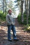 человек пущи принимая прогулку Стоковое Изображение RF
