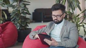 Человек работает в неофициальной установке с планшетом видеоматериал