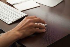 Человек работает в офисе на таблице Стоковое Фото